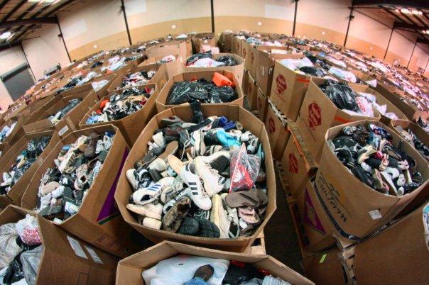 Хранение обуви на складе в больших картонных микс коробках