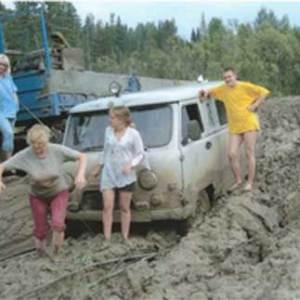 УАЗик застрял в полуметровой грязи на размытой дороге
