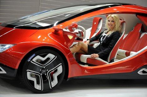 Девушка в красном автомобиле
