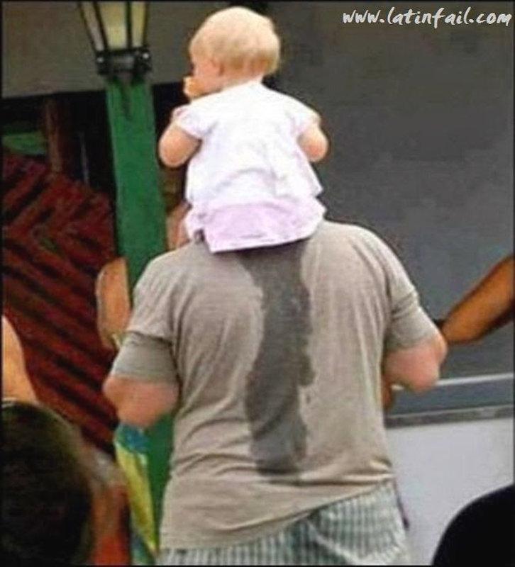 Маленький ребёнок на плечах у папы